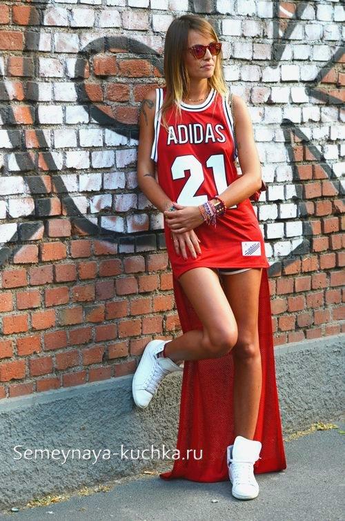 платье в спортивном стиле с кроссовками