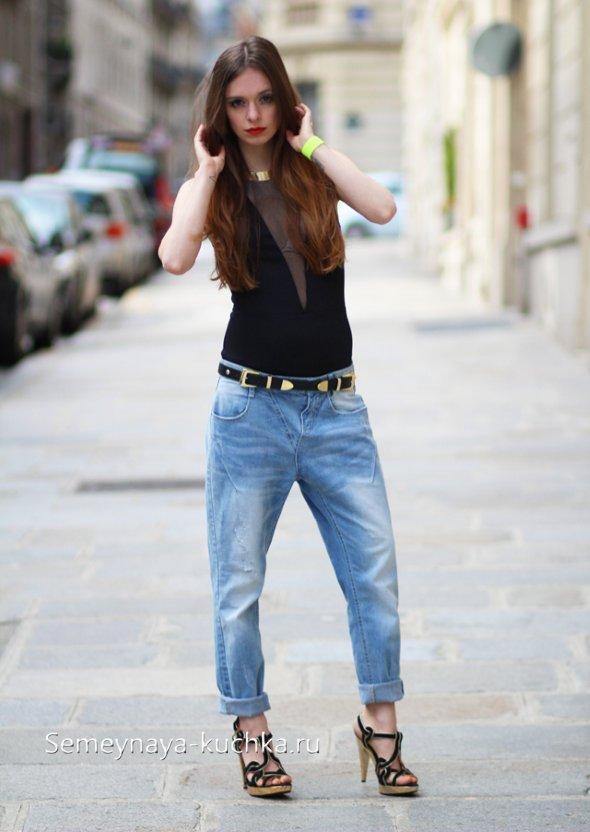 голубые потертые джинсы бойфренды