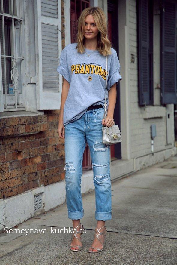 светлые джинсы с серой майкой