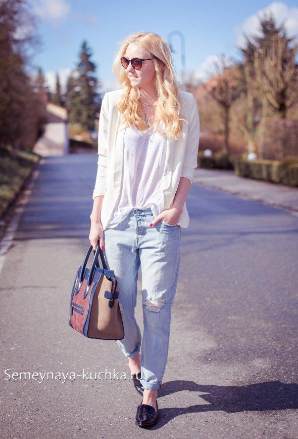 светлые джинсы с лоферами