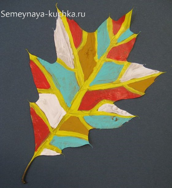 детская поделка красками из листьев