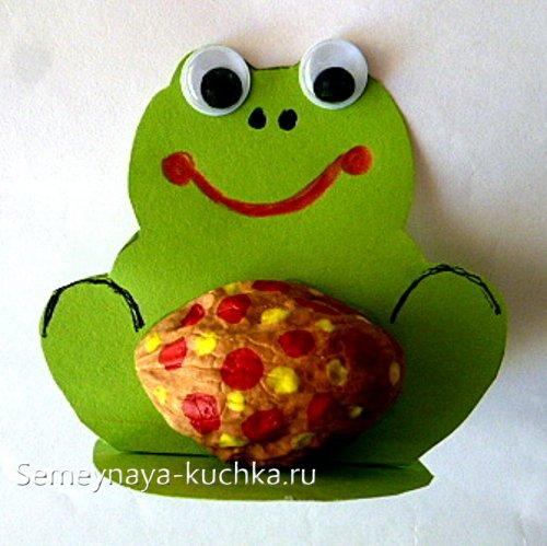 поделка из орехов лягушка