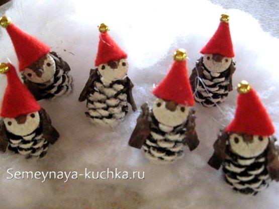 новогодние пингвины из шишки