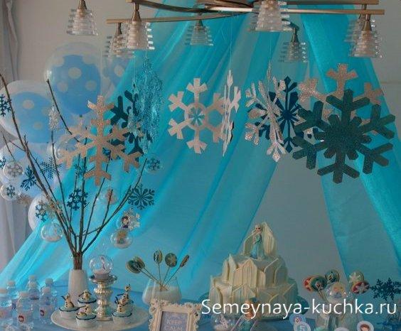 как украсить снежинками стол