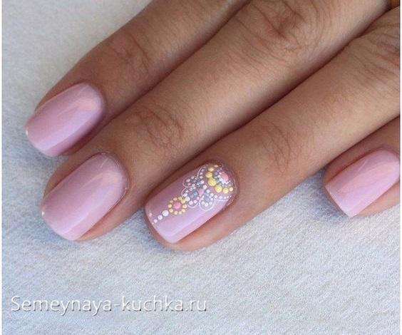 розовый нежный маникюр с точками