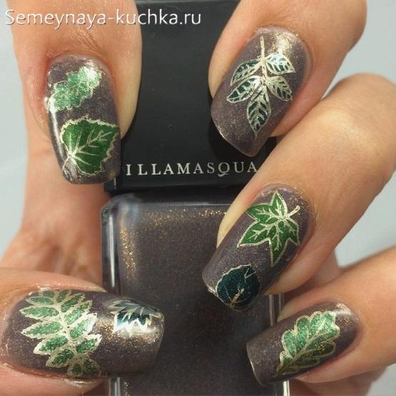 осенний маникюр с зелеными листьями