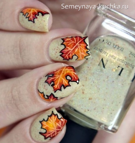 осенний маникюр с листьями клена
