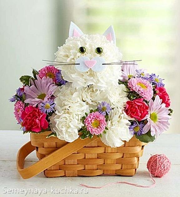 кот из цветов в корзине хризантемы