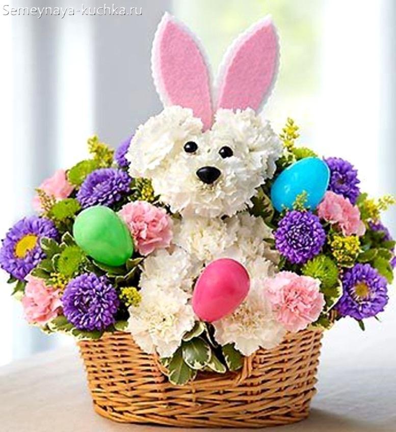 пасхальный заяц из цветов хризантем в корзине