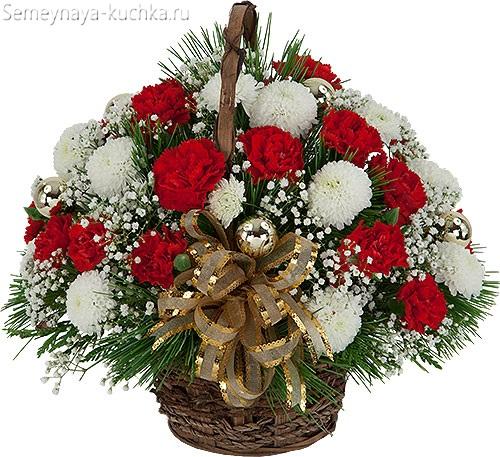 красные и белые розы в корзине Новы Год