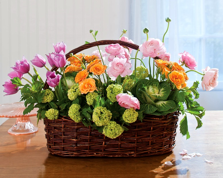 корзина с цветами весенними