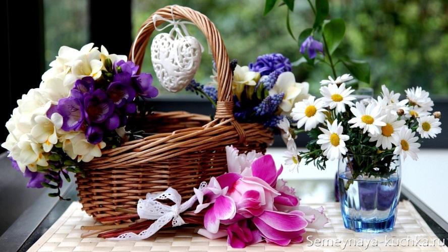 летние цветы в корзине