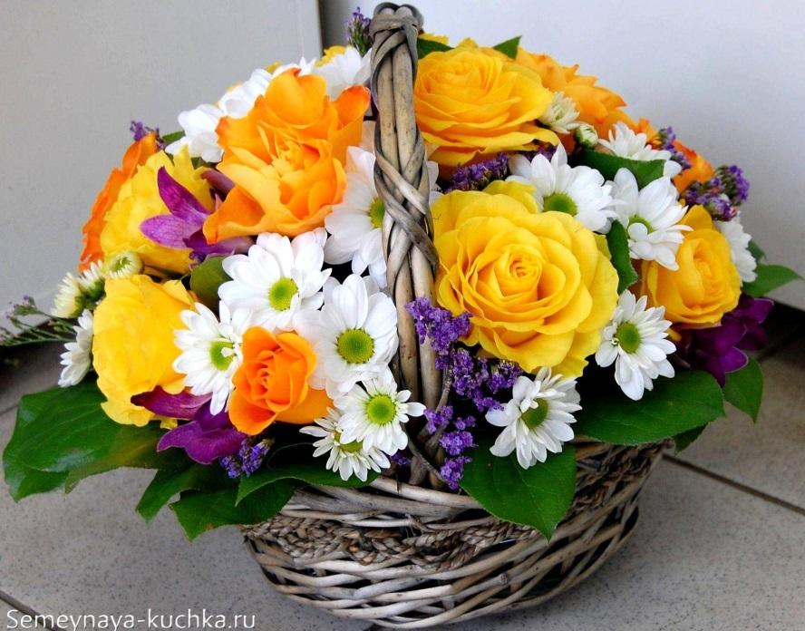 цветы в корзине розы и хризантемы