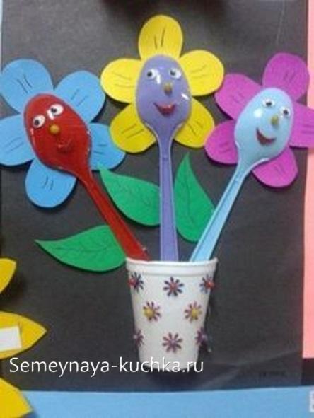 поделка цветы для мамы из бумаги и ложек