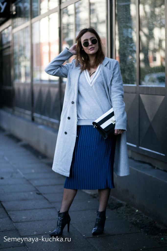 серое прямое пальто с чем носить