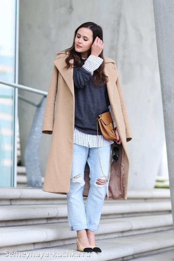 джинсы с пальто бежевого цвета