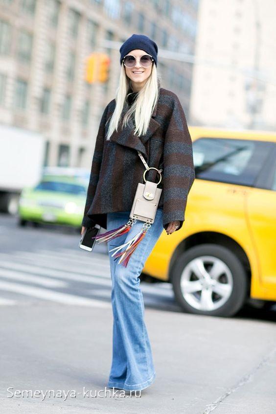 короткое пальто с джинсами