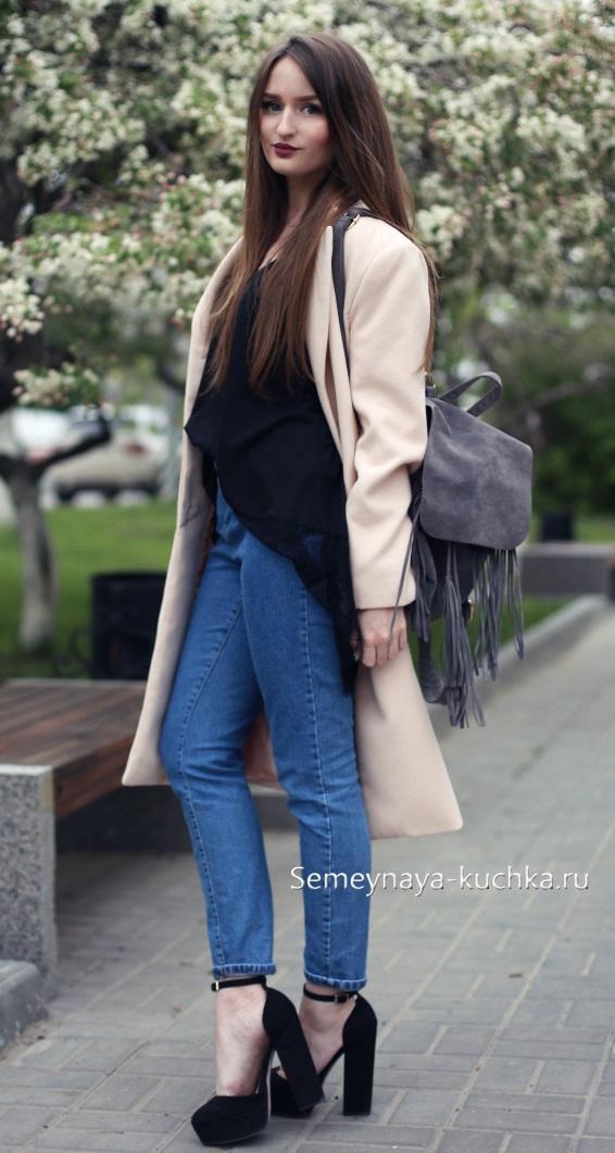 пальто бежевое с джинсами