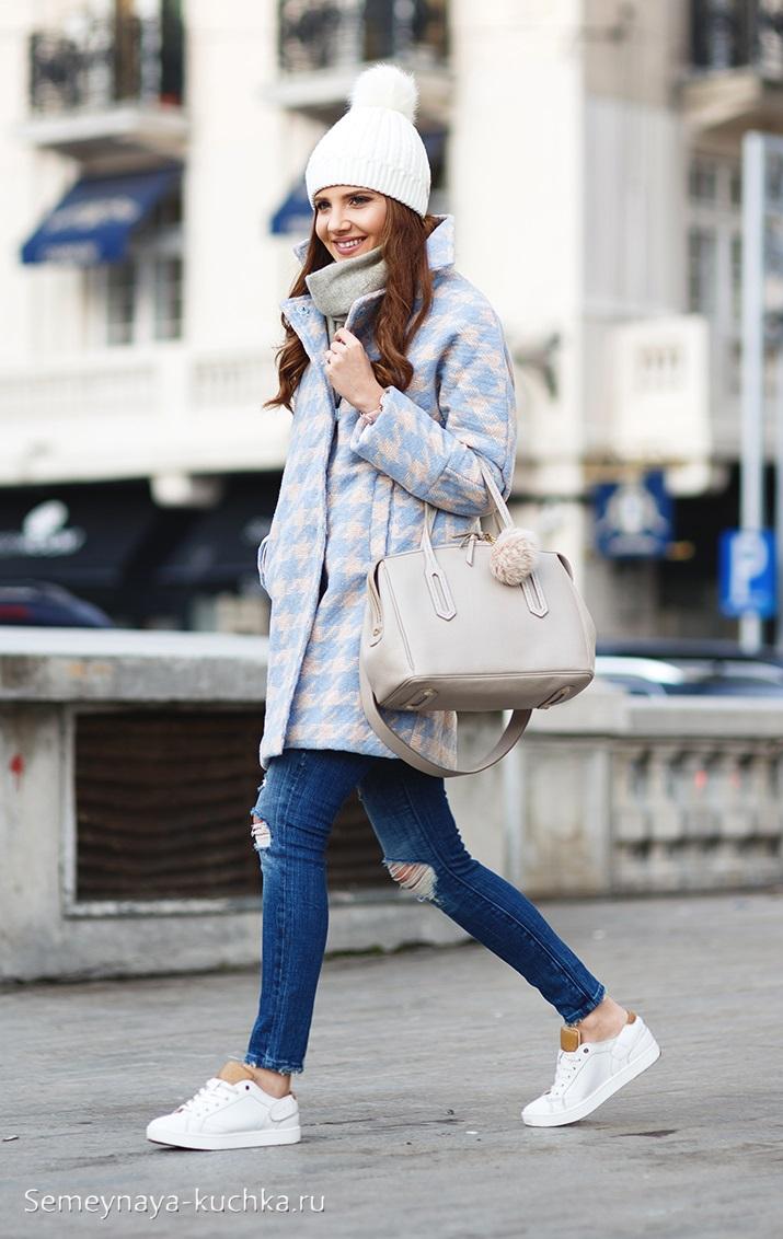 джинсы с серым пальто