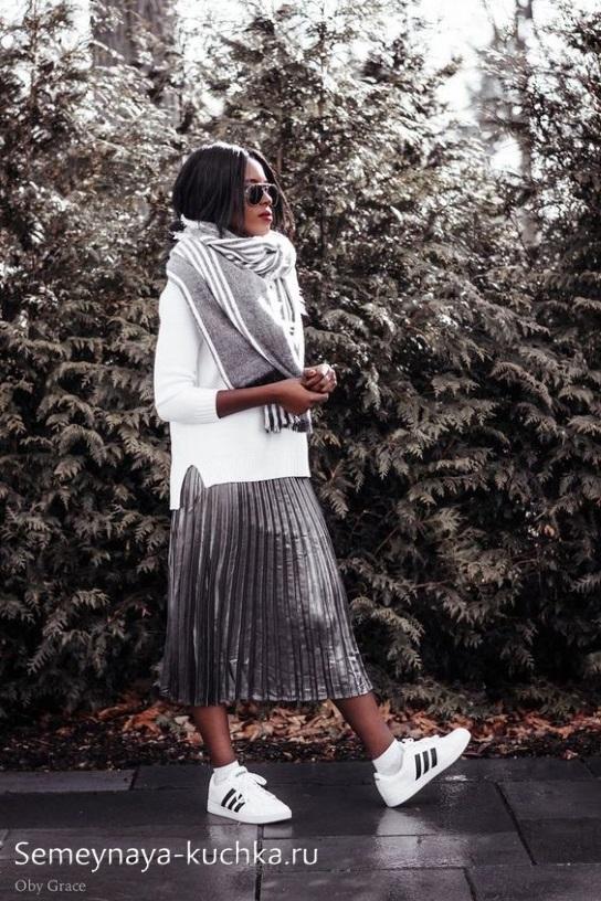 юбка плиссе под свитер и кеды осень зима