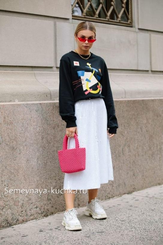 белая юбка миди с кедами и джемпером