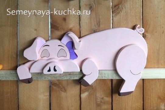 свинья из дерева