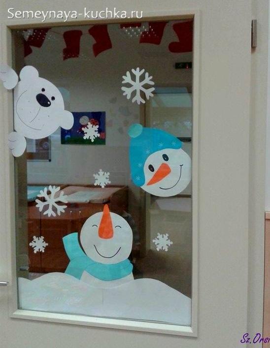 поделка снеговик на окно из бумаги