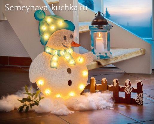 снеговик с новогодней гирляндой поделка в садик
