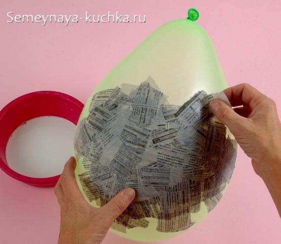 как наклеивать газету на шарик