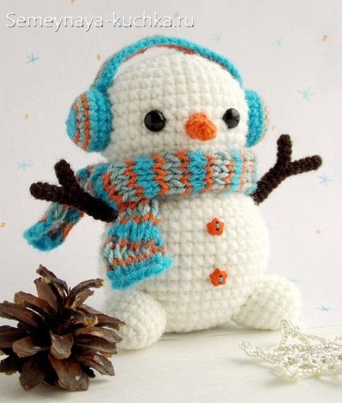 снеговик крючком в наушниках