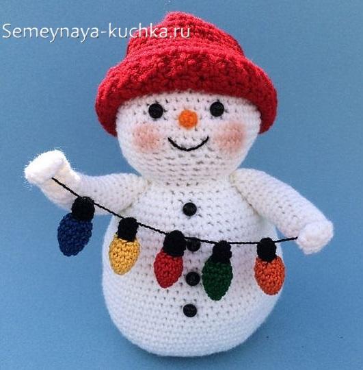 снеговик с вязаными лапками
