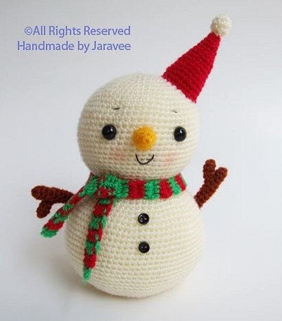 снеговик крючком в новогодней шапочке