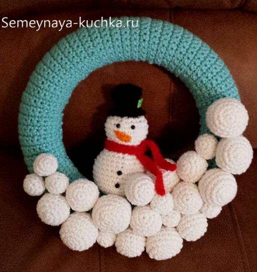 снеговик крючком на вязаном венке