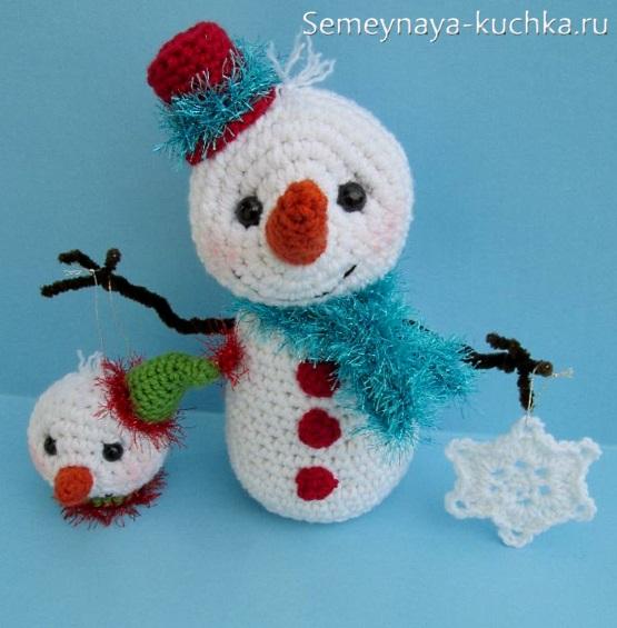 простой снеговик вязаный с руками на проволоке