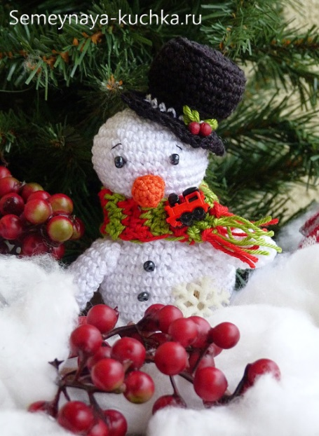 вязаный снеговик в шарфе