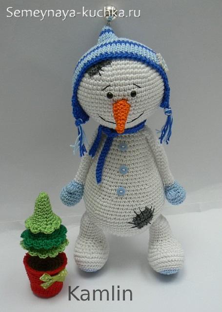 вязаный снеговик в варежках