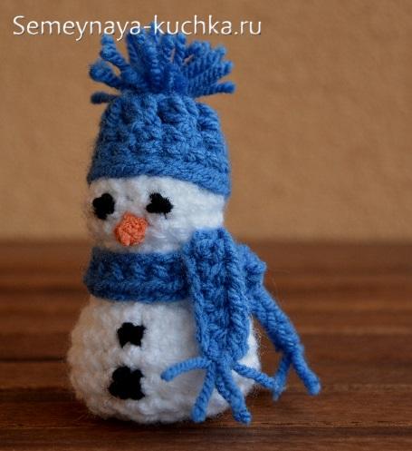снеговик крючком из шаров вязаных