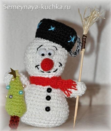 снеговик крючком с елкой вязаной