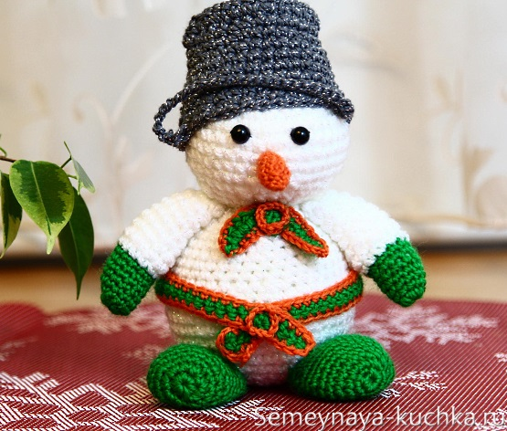 снеговик вязаный крючком с ведром