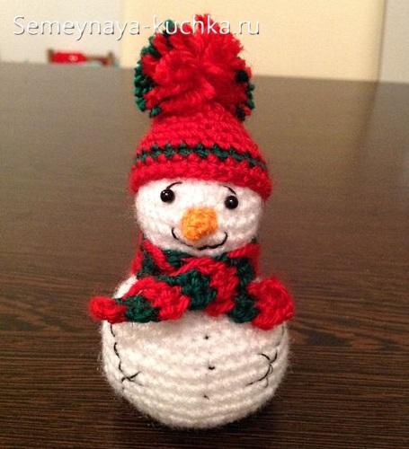 снеговик из вязаных шаров