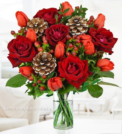 новогодний букет с розами и шишками