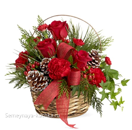 новогодний букет в корзине с розами и шишками