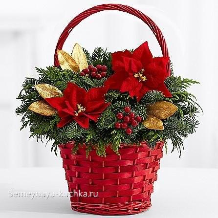 новогодний букет с красными и золотыми цветами