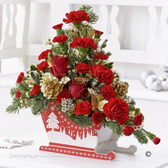 новогодний букет в декоративных санях