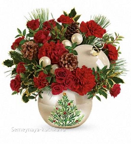 новогодний букет в вазе с елкой