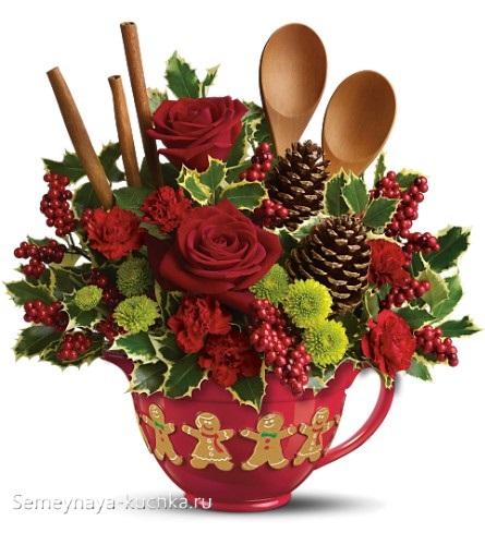 новогодний букет в чашке с декором из ложек и шишек