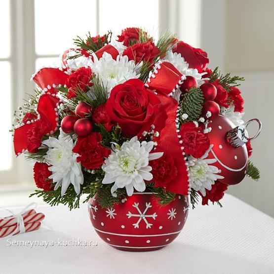 букет в новогодней вазе с крышкой