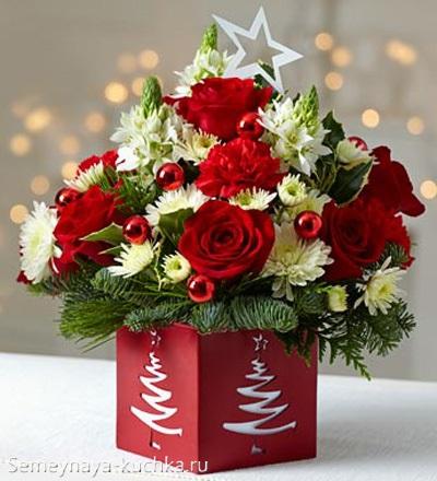 новогодний букет в квадратной вазе с розами красными и белыми хризантемами