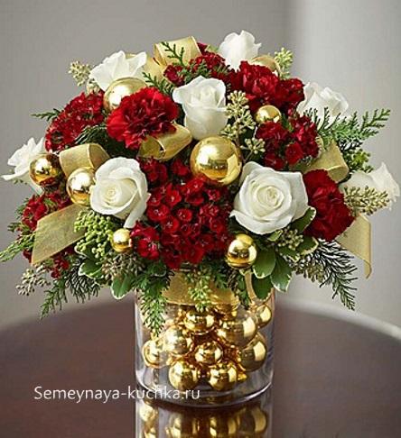 новогодний букет с золотыми лентами и розами