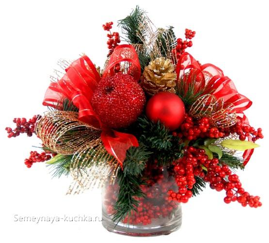 Новогодний букет с яблоками и красными ягодами, шарами, лентами